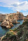 Sceniska klippor och stadsväggar av Dubrovnik Royaltyfria Foton