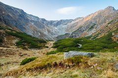 Sceniska landskap i ett europeiskt land Klättra bergöverkanten arkivfoto