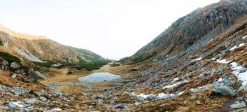 Sceniska landskap i ett europeiskt land Klättra bergöverkanten arkivbilder