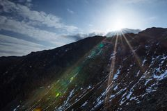 Sceniska landskap i ett europeiskt land Klättra bergöverkanten royaltyfria foton