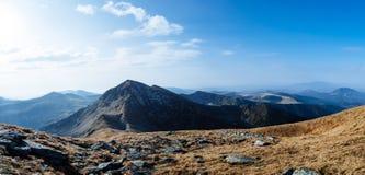Sceniska landskap i ett europeiskt land Klättra bergöverkanten fotografering för bildbyråer