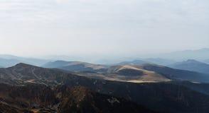 Sceniska landskap i ett europeiskt land Klättra bergöverkanten royaltyfri foto