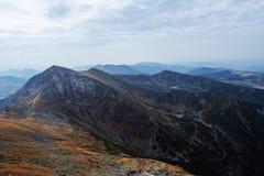 Sceniska landskap i ett europeiskt land Klättra bergöverkanten royaltyfria bilder