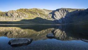 Sceniska Llyn Idwal Lake i den norr Wales Tid schackningsperioden stock video
