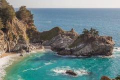 Sceniska McWay faller det stora Sur landskapet Royaltyfri Foto