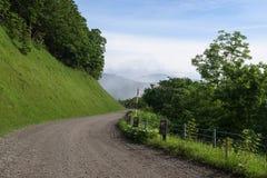 Sceniska vägar som böjer till och med de härliga landskapen av den Shiretoko nationalparken Royaltyfri Bild