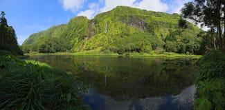 Sceniska vattenfall med sjön på den Azores skärgården Flores (Portugal) Royaltyfria Bilder