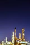 Sceniskt av bransch för oljeraffinaderiväxt på natten Arkivbilder