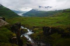 Sceniskt av den Seydisfjordur fjorden i ostkust av Island med staden av Seydisfjordur i bakgrunden royaltyfria bilder