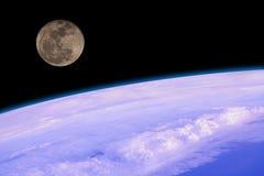 Sceniskt av den toppna månen över atmosfär Arkivfoto