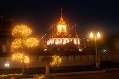Sceniskt av skymning på den Wat Rat Natda Ram Worawihan kloster Arkivfoton