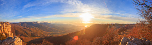 Sceniskt berglandskap med höstliga kullar, molnig blå himmel a Arkivfoto