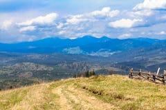 Sceniskt berglandskap som skjutas nära Hoverla Carpathian Ukraina Royaltyfri Bild