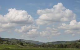Sceniskt engelskalandskap i de Yorkshire dalarna Arkivfoto