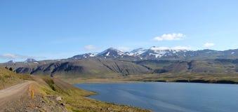 Sceniskt fjordlandskap i Island. Arkivbild