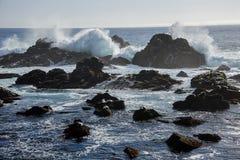 Sceniskt havlandskap med skyddsremsor som döljer från vågor Royaltyfri Fotografi