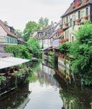 Sceniskt kanalområde i medeltida by av Colmar, Frankrike royaltyfri foto