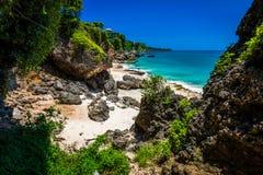 Sceniskt landskap av den höga klippan på den tropiska stranden Bali Royaltyfria Bilder