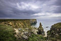 Sceniskt landskap av den Pembrokeshire kusten, UK Regn fördunklar byggnad arkivbild