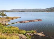 Sceniskt landskap av Norge i dagsljus med havet, berg och en pir för fartyg framme av sikten arkivbilder