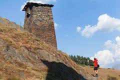 Sceniskt landskap av sommarmorgonen i de Kaukasus bergen Solen kom precis ut och exponerar forntida f?rd?rvar av Tushetian torn royaltyfria bilder