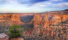 Sceniskt landskap Colorado för nationell monument på skymning Arkivfoto