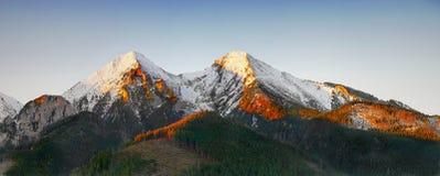 Sceniskt landskap för berg, soluppgång, Autumn Landscape Royaltyfri Fotografi