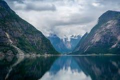 Sceniskt landskap för Norge fjord av Eidfjord med bergreflexioner på vattnet Arkivfoton
