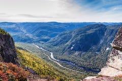 Sceniskt landskap i höst överst av berget med det färgrika trädet Royaltyfri Foto