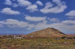 Sceniskt landskap p? ?n av fuerteventura i Atlanticet Ocean fotografering för bildbyråer