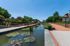 Sceniskt område i Carrol Creek Promenade i Frederick, Maryland Arkivbild
