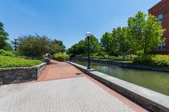 Sceniskt område i Carrol Creek Promenade i Frederick, Maryland Arkivbilder
