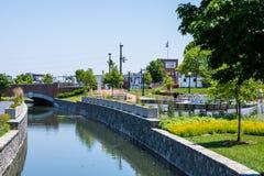 Sceniskt område i Carrol Creek Promenade i Frederick, Maryland Royaltyfria Bilder