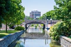 Sceniskt område i Carrol Creek Promenade i Frederick, Maryland Royaltyfri Bild