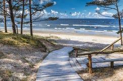 Sceniskt sikts- och vilaområde nära en sandig strand av Östersjön royaltyfri fotografi