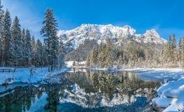 Sceniskt vinterlandskap i bayerska fjällängar på den idylliska sjön Hintersee, Tyskland arkivbild