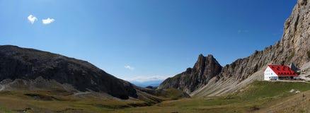 scenry美妙的白云岩的山和有红色屋顶的高山避难所 库存照片