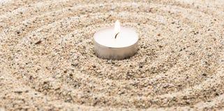 Scent a vela iluminada em ondinhas da água da imitação da areia imagens de stock royalty free