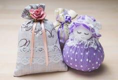 Scented σακούλια και αριθμός σακουλών ενός κοριτσιού Κλείστε επάνω των τσαντών που γεμίζουν με lavender στον ξύλινο πίνακα ή τον  Στοκ Εικόνα