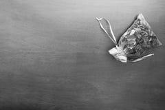 Scented τσάντα στην ξύλινη διαδικασία σύστασης στη γραπτή εικόνα, αυτό δεδομένη λυπημένη συγκίνηση ή δεσποινίδα κάποιος Στοκ φωτογραφία με δικαίωμα ελεύθερης χρήσης