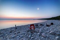 Sceny przy skalistą plażą po wydawać noc z przyjaciółmi zdjęcie stock