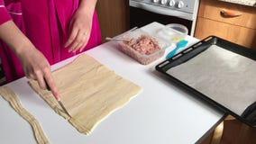 Sceny przygotowanie mięśni glomeruli Kobieta pokrajać cienkich paski ciasto Obok stołu jesteśmy farsz i kłamstw narzędzia zbiory