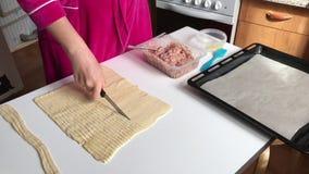 Sceny przygotowanie mięśni glomeruli Kobieta pokrajać cienkich paski ciasto Obok stołu jesteśmy farsz i kłamstw narzędzia zdjęcie wideo