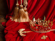 Scepter en kroon op rood fluweel Royalty-vrije Stock Fotografie