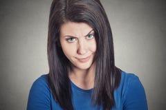 Sceptische jonge vrouw die verdacht met afschuw op haar gezicht kijken stock foto's