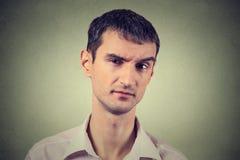 Sceptische mens die verdacht, wat afschuw op zijn gezicht kijken stock foto's
