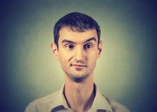 Sceptische mens met ontevredenheid op zijn gezicht stock afbeelding