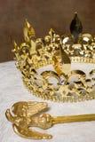 Sceptre et couronne sur l'oreiller Photo stock
