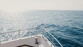 Schöne Ansicht des weißen Kreuzfahrtyachtboots-Nasensegelns auf Wellen in sonnigen hellen Horizont der hohen See am klaren Sommer stock video footage