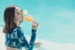 Schöne Asain-Frauen mit Bikini lizenzfreie stockbilder